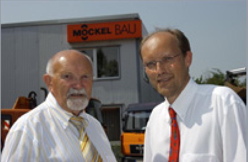 Herbert und Alexander Möckel vor Firmengebäude in Dortmund
